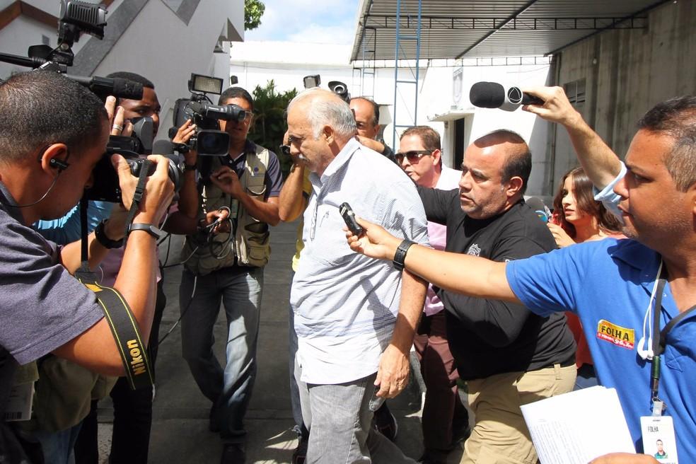 Prefeito de Ribeirão, Romeu Jacobina, foi preso e levado para o Depatri, na Zona Oeste do Recife (Foto: Aldo Carneiro/Pernambuco Press)