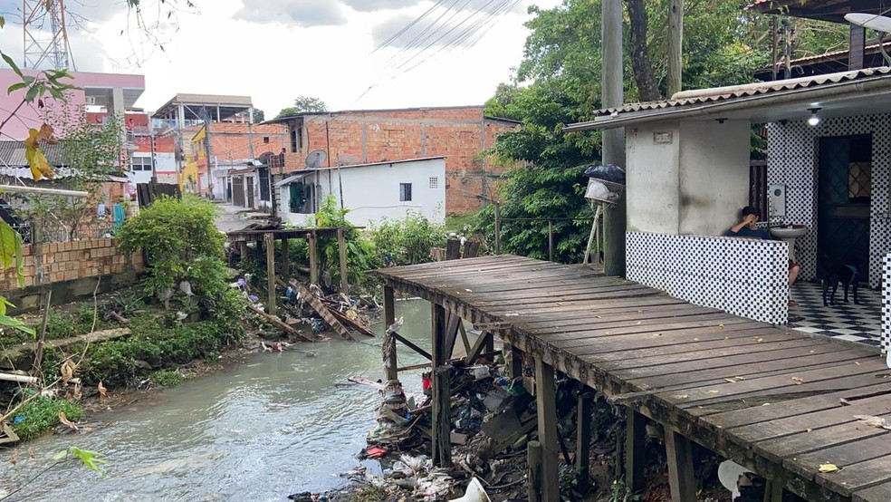 Ponte de acesso utilizada por moradores ficou destruída — Foto: Patrick Marques/G1 AM