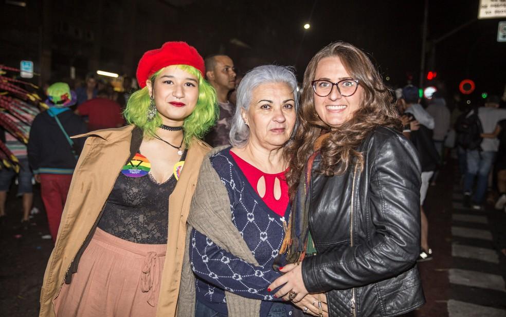 Três gerações em uma foto: Mel (esq.), de 16 anos, sua madrasta, Naja (dir.), e a mãe de Naja, Judith (centro): (Foto: Fábio Tito/ G1)