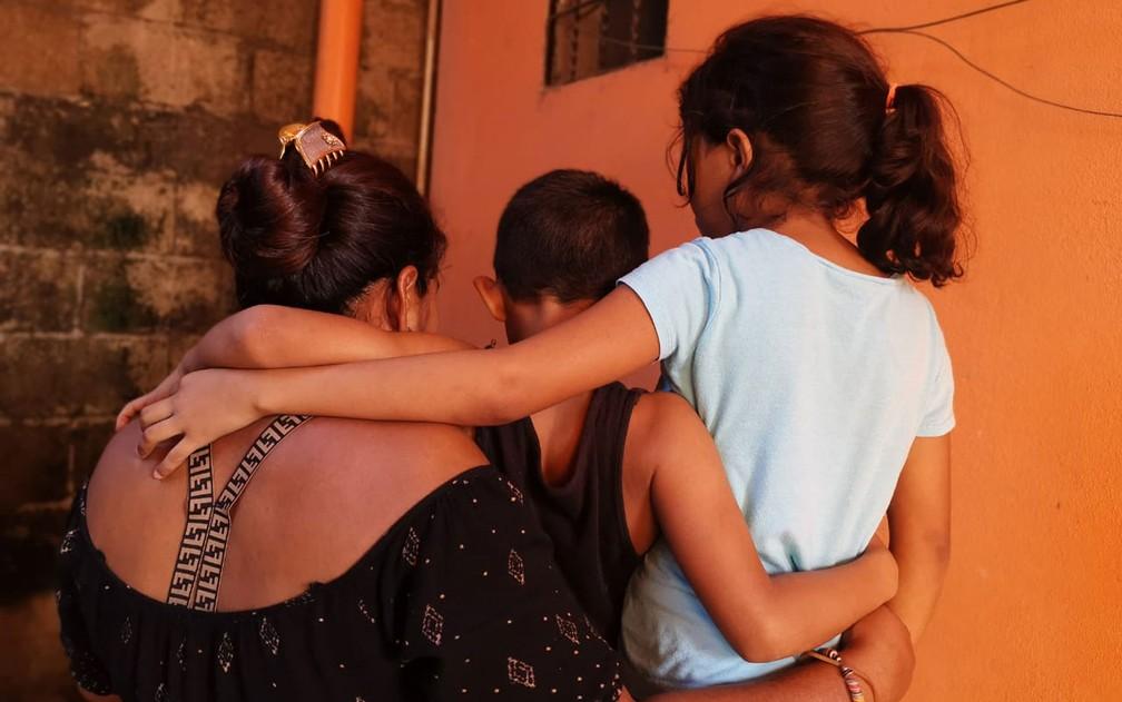 Família de solicitantes de asilo de Honduras que fugiu para a Guatemala após ser ameaçada por membros de uma gangue. Meses após sua chegada, em plena pandemia de Covid-19, a casa que alugavam com ajuda da ACNUR foi atingida pela tempestade tropical Eta, o que forçou a mudança para um abrigo — Foto: ACNUR/Luis Sanchez Valverth