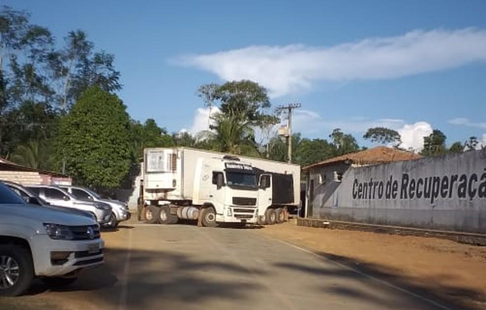 Centro de Perícias Científicas utiliza caminhão frigorífico para remoção dos 57 corpos de presídio em Altamira, sudoeste do Pará — Foto: Reprodução