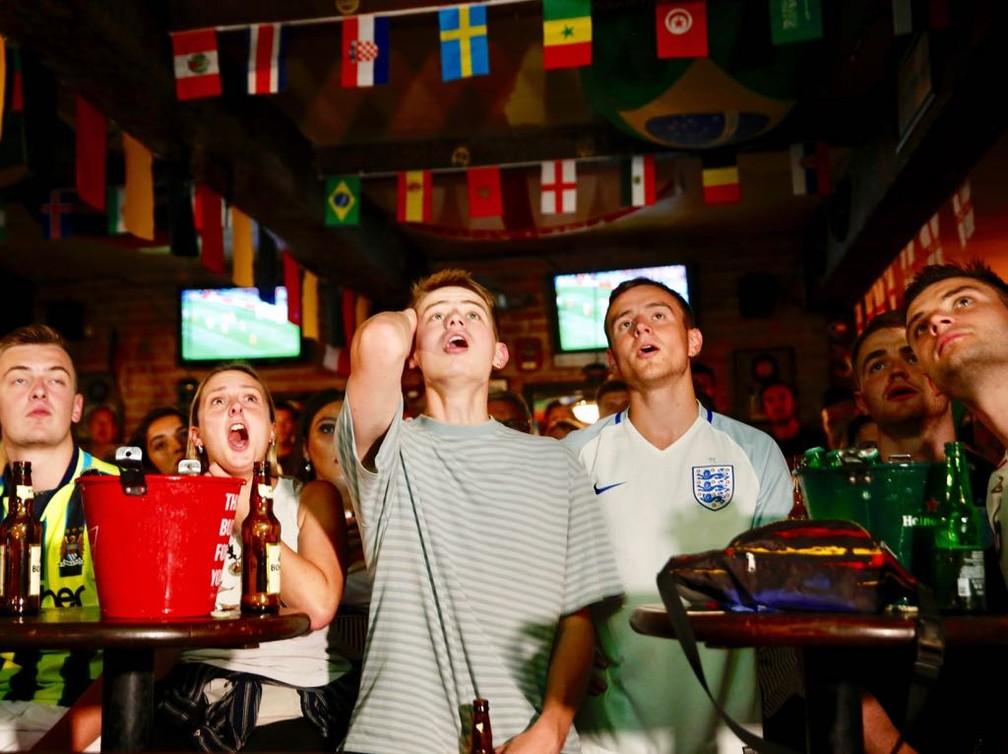 Ingleses que viram a estreia de sua seleção em um bar no Rio tiveram momentos de apreensão (Foto: Marcos Serra Lima/G1)
