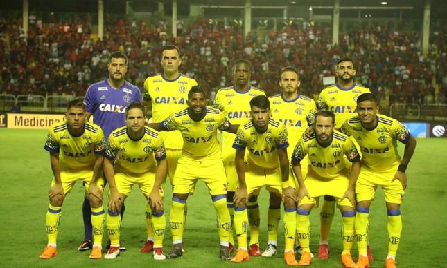 Julio Cesar estreou em noite de camisa amarela do Flamengo