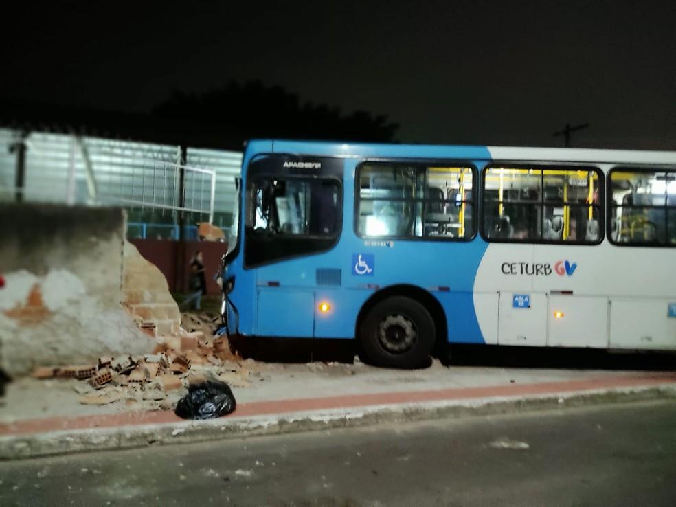 Ônibus do Sistema Transcol atingiu muro de escola na Serra, ES  — Foto: Reprodução