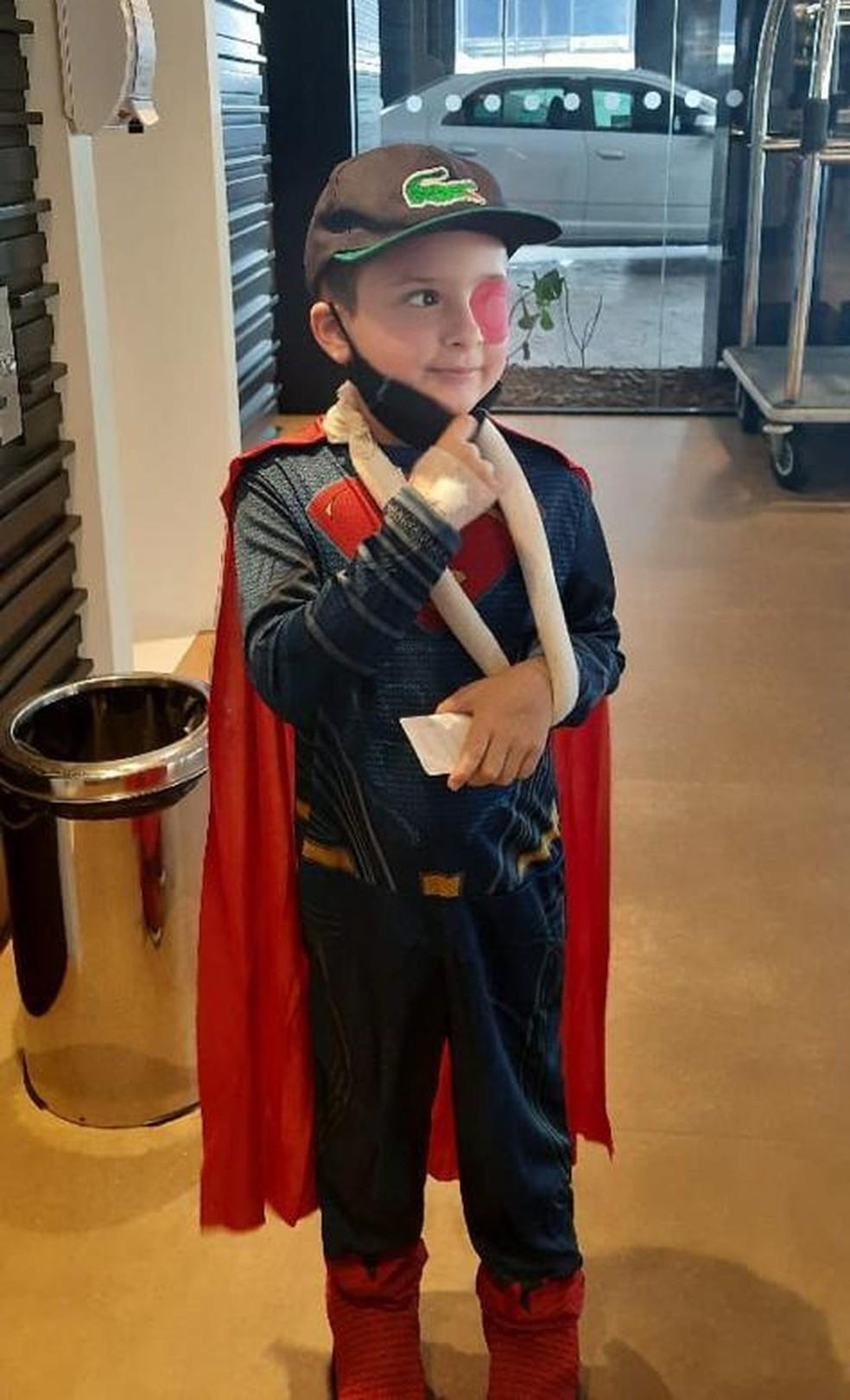 Enzo Vaz Ferreira Pontes saiu do hospital nesta sexta-feira (2) vestido de super-herói — Foto:  Luana Pontes/Arquivo Pessoal