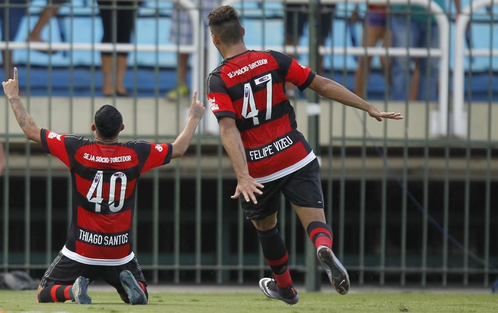 Thiago Santos comemora gol marcado contra o Bangu no Campeonato Carioca em 2016 — Foto: Gilvan de Souza / Flamengo.com.br