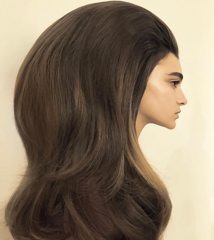 Guido Palau fez um penteado supervolumoso para o desfile da Valentino na semana de alta-costura (Foto: Reprodução/Instagram)