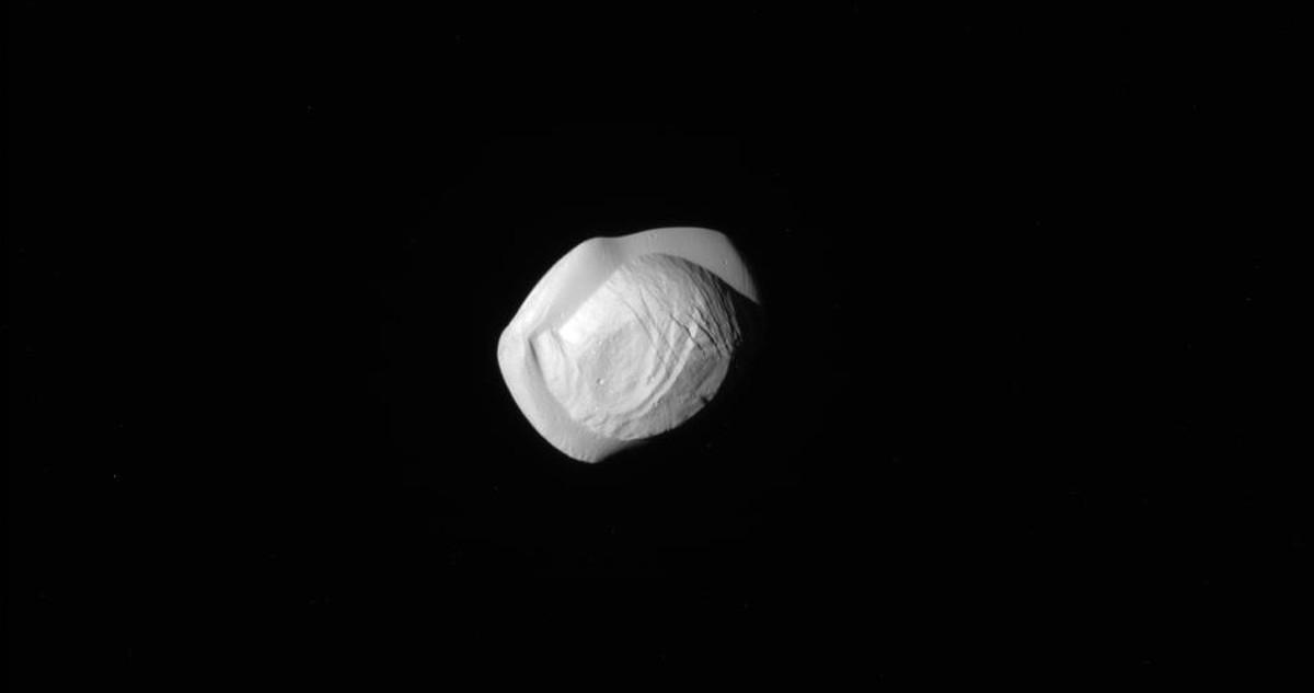 Nasa divulga novas fotos de lua de Saturno com formato estranho