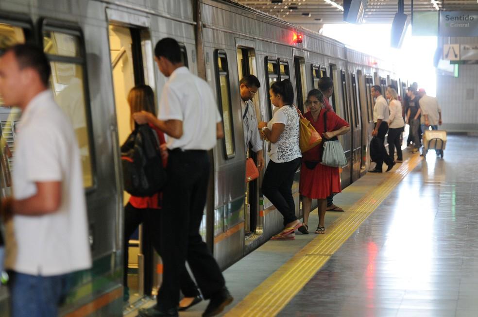 Passageiros embarcam em trem de metrô no Distrito Federal (Foto: Pedro Ventura/Agência Brasília)
