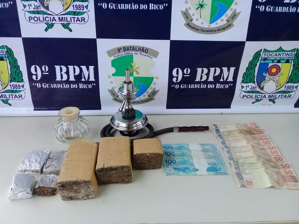Drogas e dinheiro apreendidos com suspeito (Foto: Polícia Militar/Divulgação)