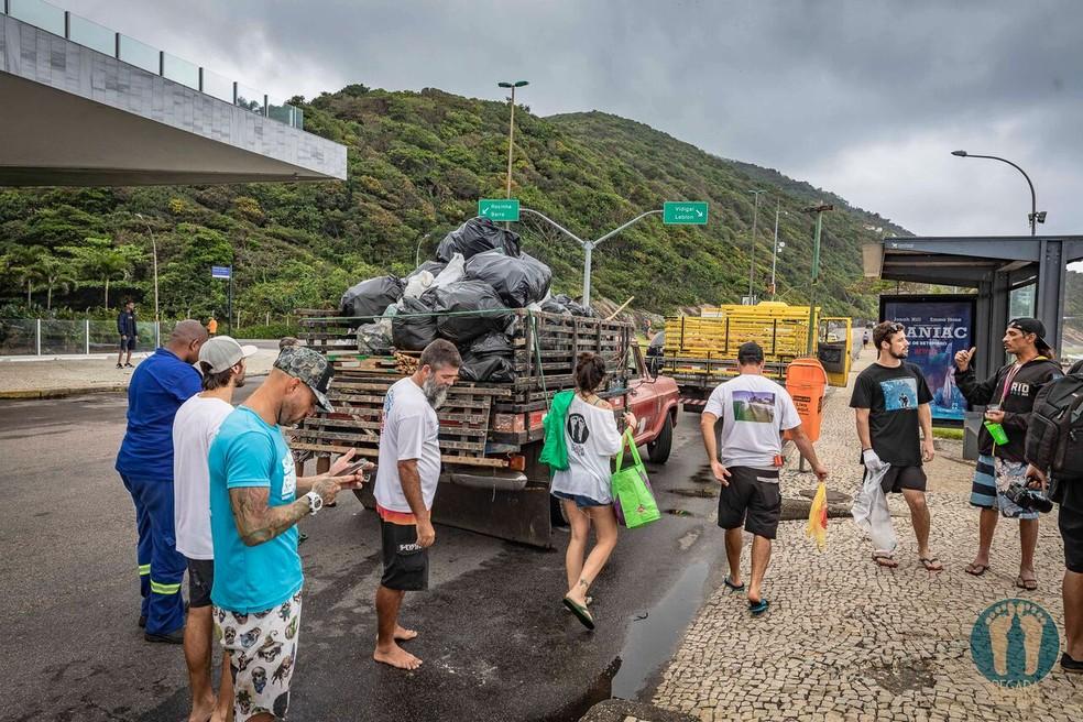 Coleta de lixo na praia de São Conrado — Foto: Alexandre Socci / Divulgação