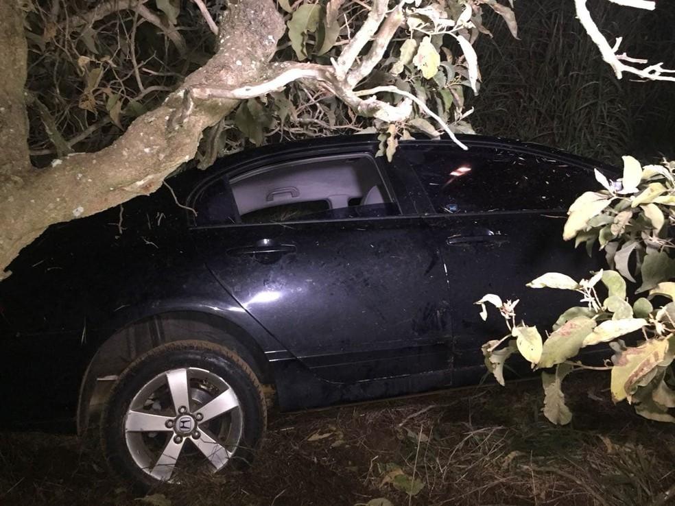 -  Carro ocupado por cinco pessoas capotou na BR-365  Foto: Corpo de Bombeiros/Divulgação