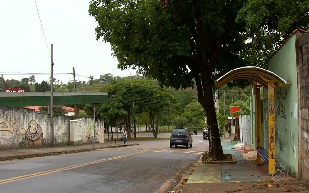 Vítima foi morta enquanto aguardava o transporte para ir ao trabalho — Foto: Reprodução/TV TEM