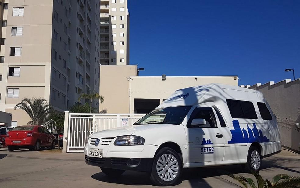 Carro da Setec em frente a condomínio em Campinas (Foto: André Natale/EPTV)