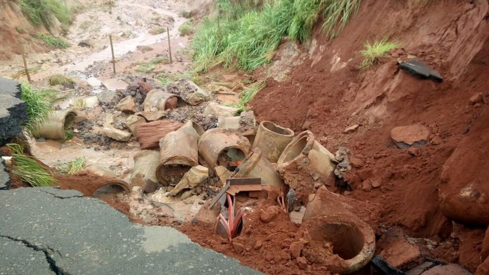 Cratera aberta na rodovia MS-475 expôs manilhas de tubulação de água (Foto: Prefeitura de Novo Horizonte do Sul/ Divulgação)
