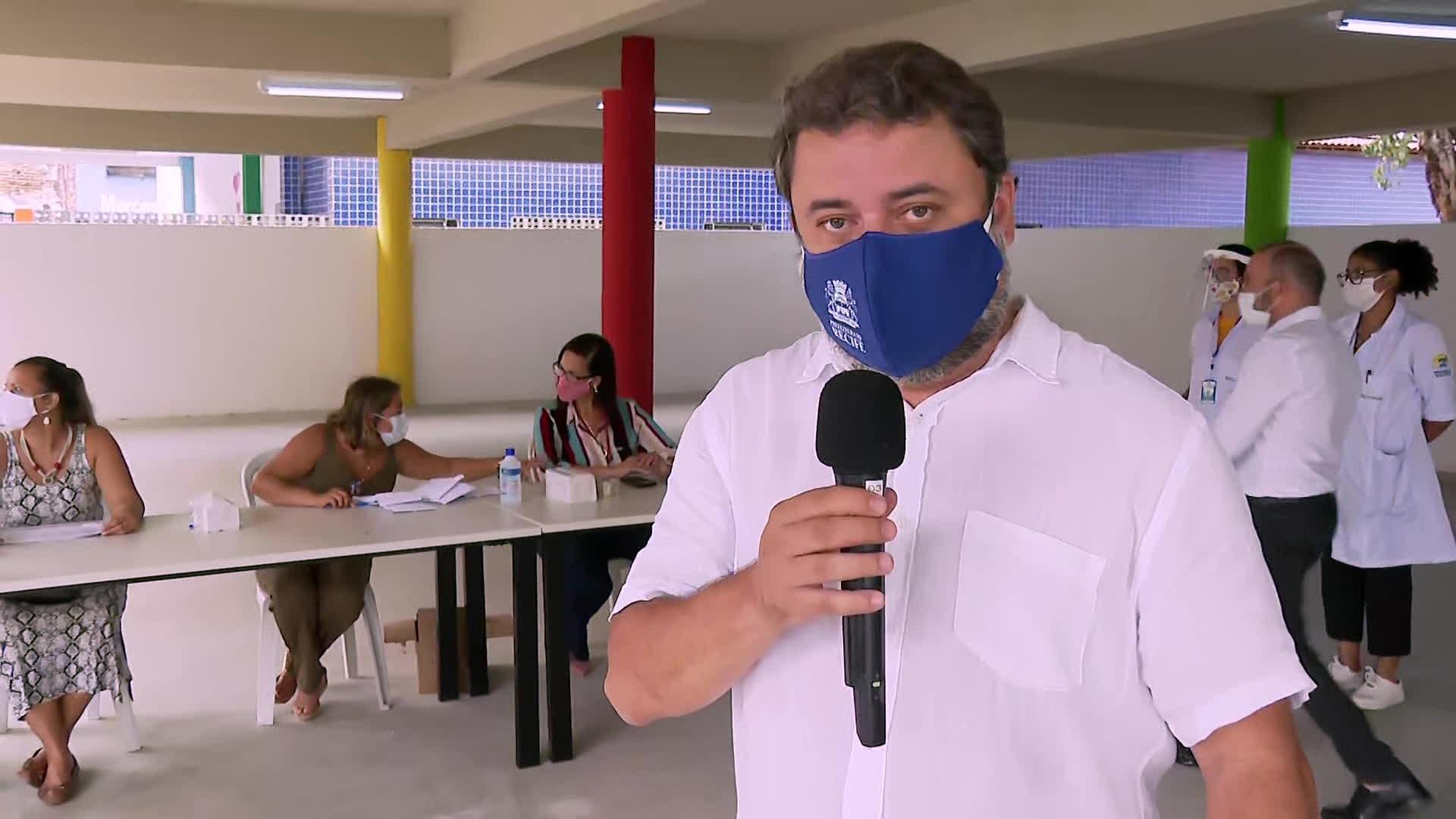 Recife entrega cartões de alimentação para estudantes da rede municipal