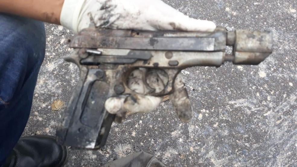 Arma que estava em carro que explodiu ficou carbonizada — Foto: Divulgação/SSP-BA
