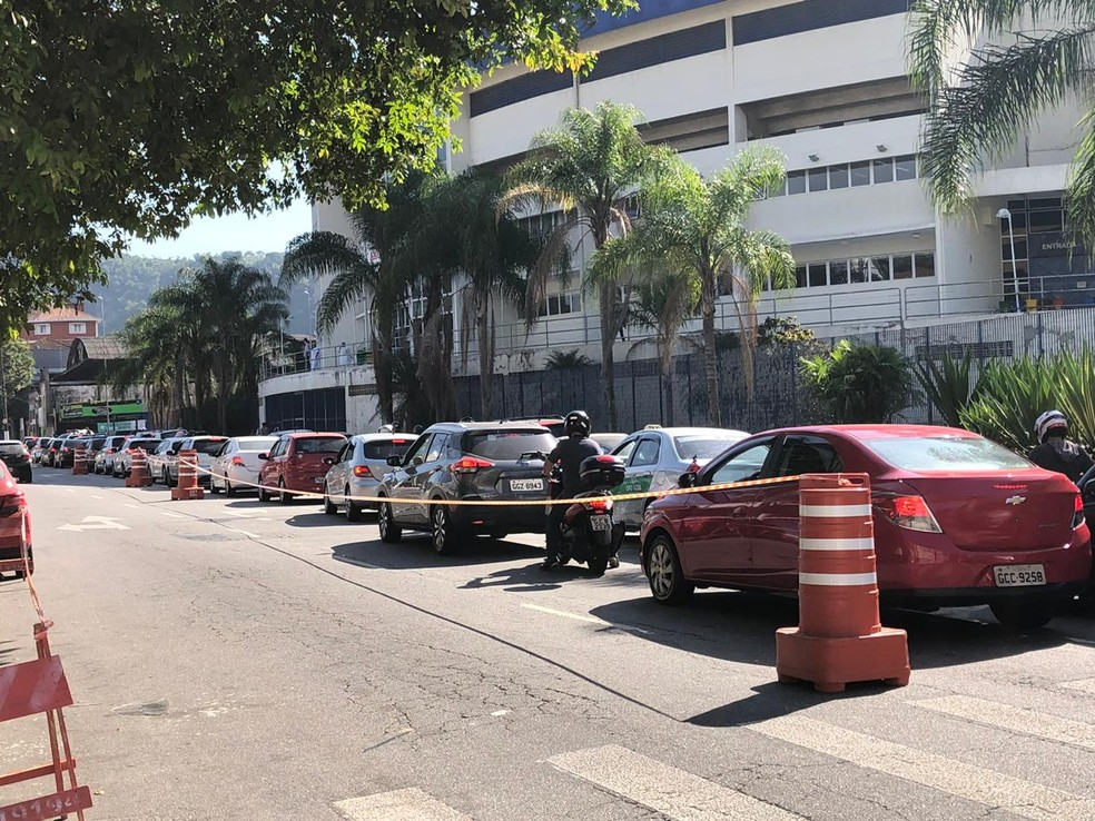 Motoristas formam fila durante testagem para Covid-19 em Santos  — Foto: Marcela Pierotti/G1
