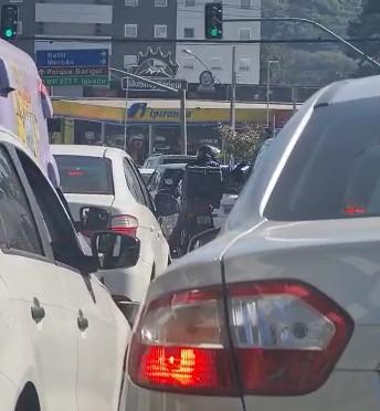 Motorista flagra assalto em trânsito de Curitiba; VÍDEO