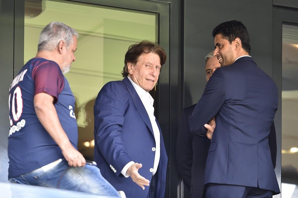Pini Zahavi, empresário, ao lado de Nasser Al-Kheilafi, presidente do PSG (Foto: ALAIN JOCARD / AFP)