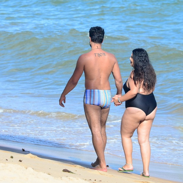Fabiana Karla curte praia na Bahia com o namorado, Diogo Mello (Foto: AgNews)
