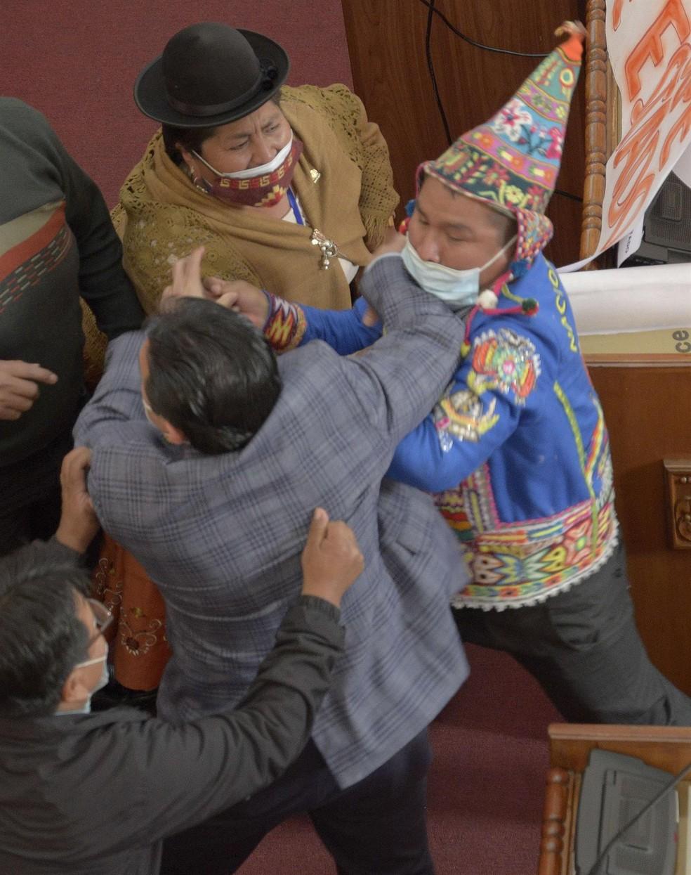 Deputado Antonio Colque e senador Henry Montero trocam agressões em sessão do Congresso em La Paz em foto de 8 de junho de 2021 — Foto: Stringer/EFE