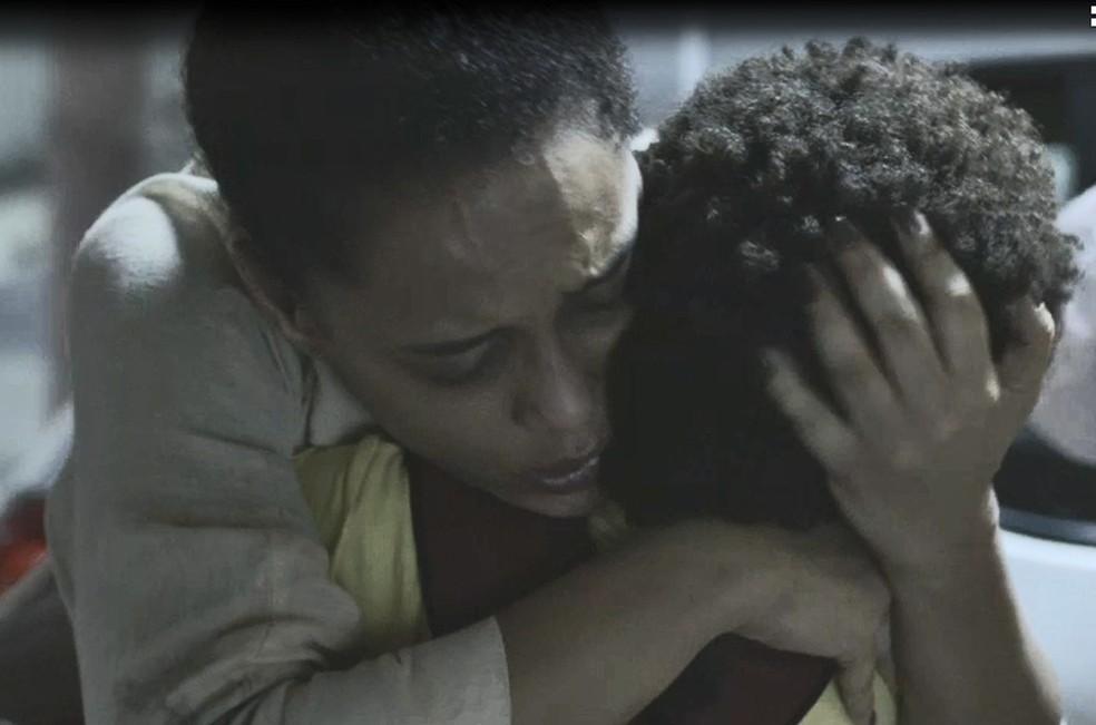 Vitória (Taís Araujo) se emociona ao reencontrar o filho em 'Amor de Mãe' — Foto: Globo