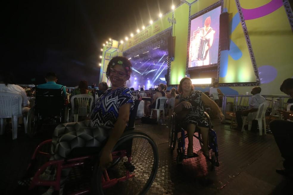 Amigas cadeirantes curtem festa de réveillon no Aterro da Praia de Iracema, em Fortaleza — Foto: Helene Santos/ Diário do Nordeste