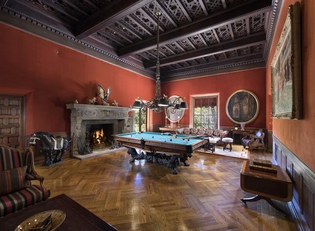 O teto possui detalhes em madeira escura (Foto: Jim Bartsch/ Reprodução)