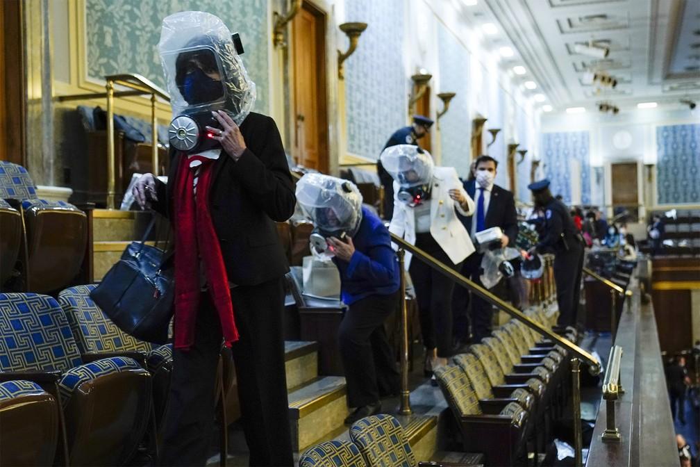 Pessoas são removidas de galeria do Capitólio durante invasão de apoiadores de Trump — Foto: Andrew Harnik/AP