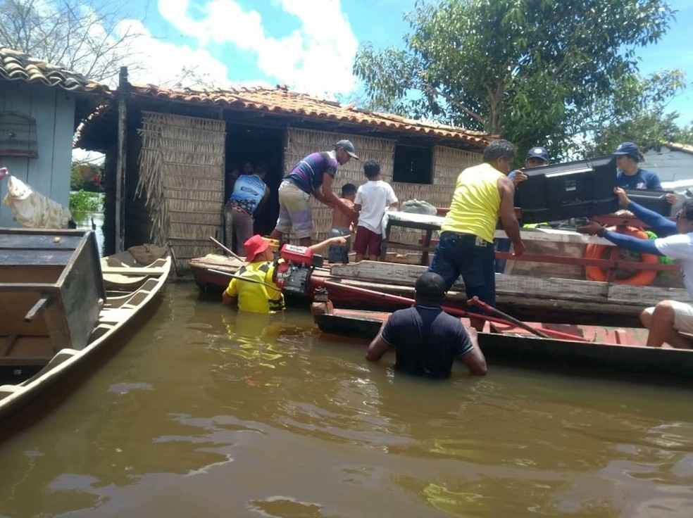 Desabrigados estão sendo levados para uma escola municipal ou para as casas de parentes em Pindaré-Mirim — Foto: Reprodução/ TV Mirante