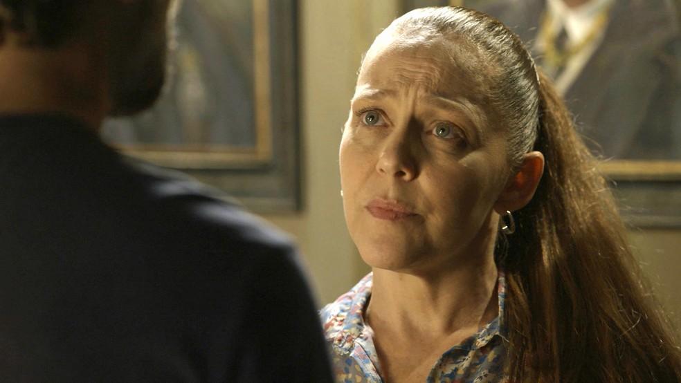 Judith (Isabela Garcia) impede Gabriel (Bruno Gagliasso) de expulsar Feijão (Cauê Campos), em 'O Sétimo Guardião' — Foto: TV Globo