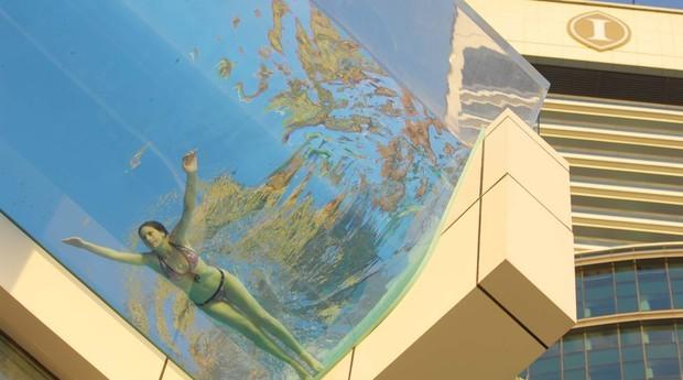 A piscina deste hotel em Dubai fica para fora do prédio (Foto: VisMedia)