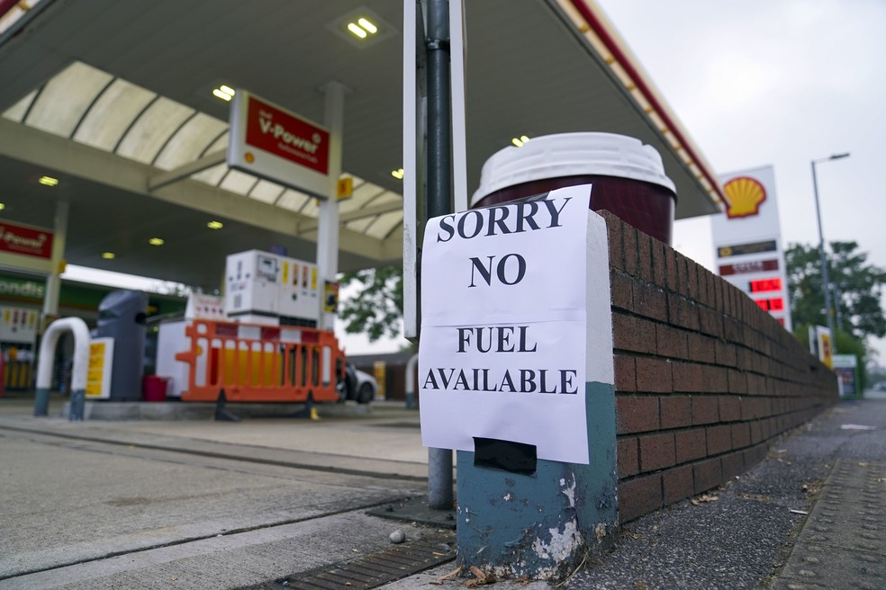 Posto na cidade de Bracknell, na Inglaterra, exibiu aviso de que não tem mais combustível — Foto: Steve Parsons/PA via AP