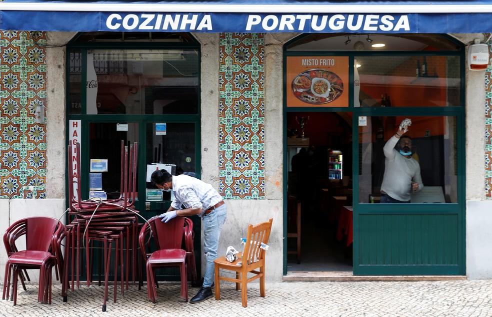 LIsboa, 14 de maio: trabalhadores de um restaurante se preparam para reabertura na segunda-feira (18). — Foto: Rafael Marchante/Reuters