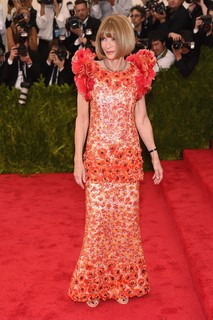 Co-chair do evento, Anna Wintour chega com vestido da alta-costura da Chanel