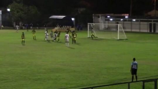 Lambança! Goleiro se atrapalha, aceita cabeçada e faz gol contra bizarro ao tentar defesa; veja