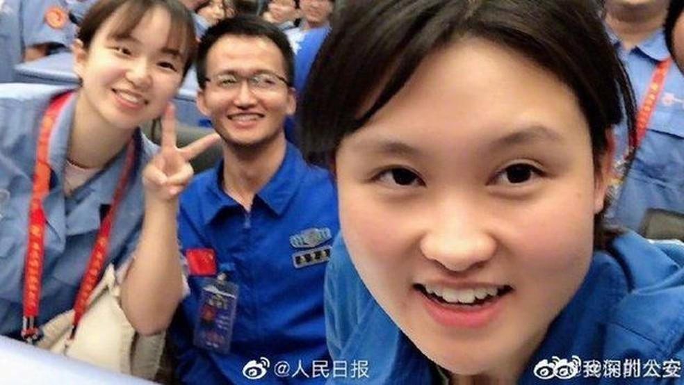 Zhou foi descrita na imprensa estatal como uma 'irmã mais velha' que os jovens chineses podem admirar — Foto: CCTV/Via BBC