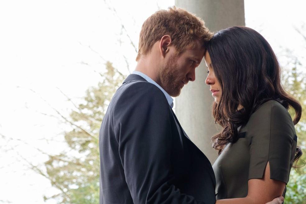 -  Murray Fraser e Parisa Fitz-Henley como Harry e Meghan no filme  Foto: Divulgação/Lifetime
