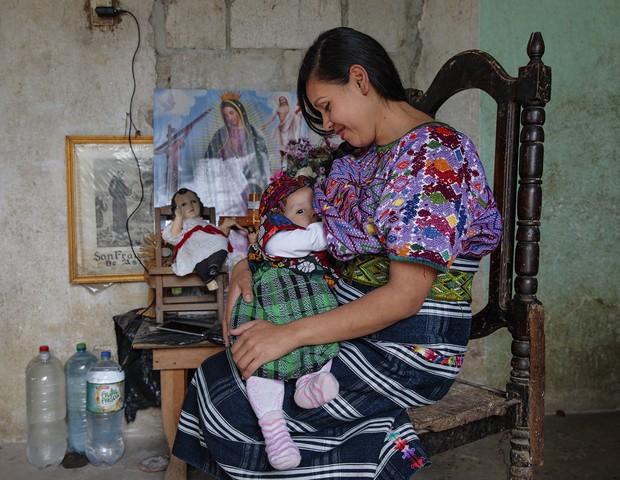 No Guatemala, mãe senta-se em frente aos santos para dar de mamá (Foto: Tina Boyadjieva )