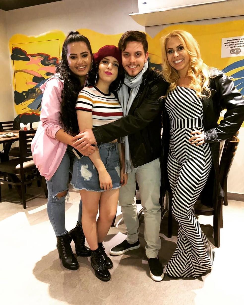 Joelma ao lado dos filhos, Nathalia, Yasmin e Yago — Foto: Reprodução/Instagram