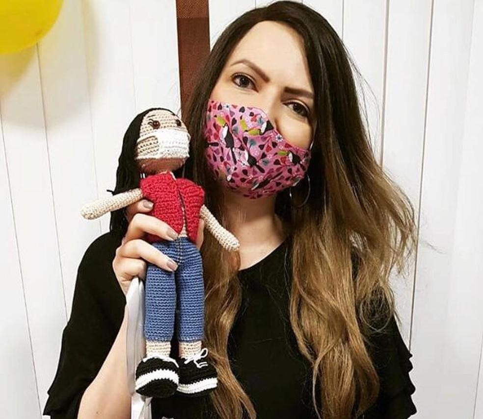 Priscila começou a fazer máscaras coloridas para usar durante o tratamento de câncer — Foto: Divulgação