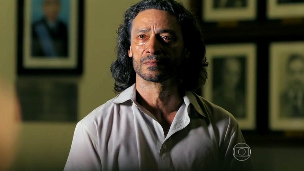 Donato (Luiz Carlos Vasconcelos) é condenado por crime cometido por Hélio (Raphael Vianna), em 'Flor do Caribe' — Foto: Globo