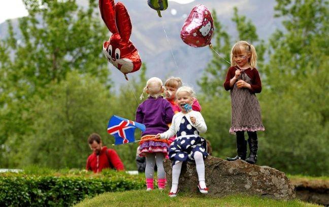 Crianças islandesas comemoram o dia da independência, 17 de junho (Foto: Divulgação)