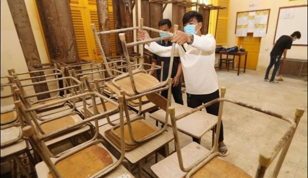 Escola sendo preparada para reabertura no Camboja; tamanho das turmas é critério crucial, diz OCDE — Foto: EPA