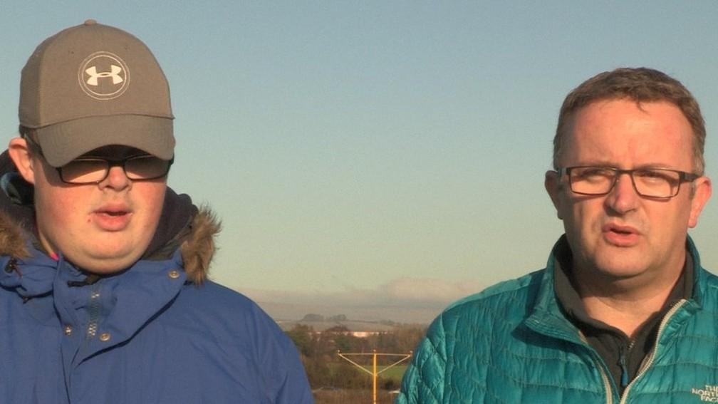 Tommy diz que, para Calum, o aeroporto é um 'local de felicidade' — Foto: BBC