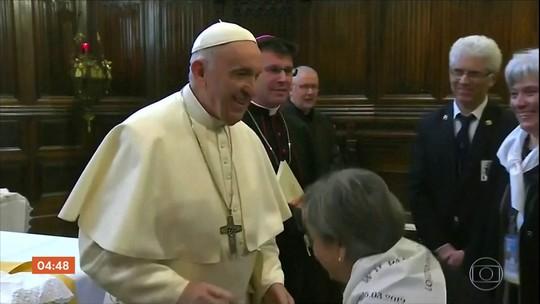 Imagens do Papa Francisco recusando beija-mão viralizam na internet
