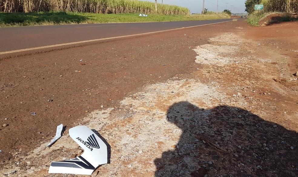 Segundo a Polícia Militar, suspeita é de que motociclista de 37 anos atingiu um cavalo solto na pista — Foto: Luizinho Andretto/Divulgação