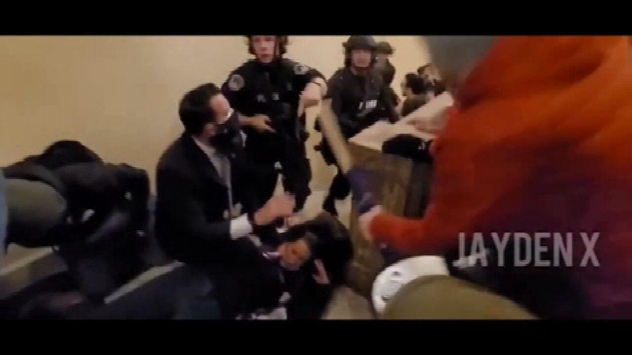 VÍDEO: Imagens mostram momento em que mulher é baleada em invasão ao Capitólio, nos EUA