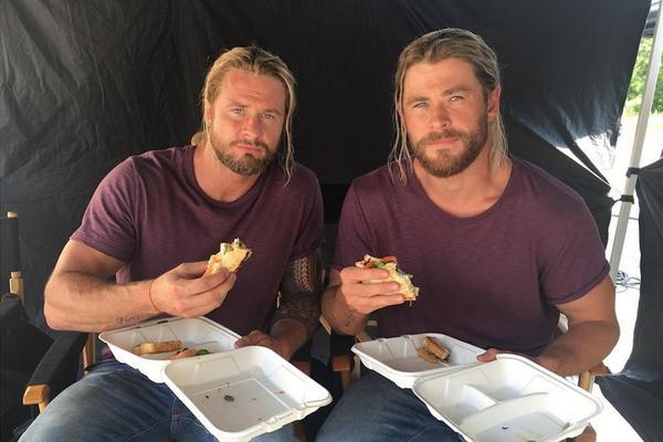 O dublê Bobby Holland Hanton com o ator Chris Hemsworth nos bastidores das filmages do terceiro filme do Thor (Foto: Instagram)